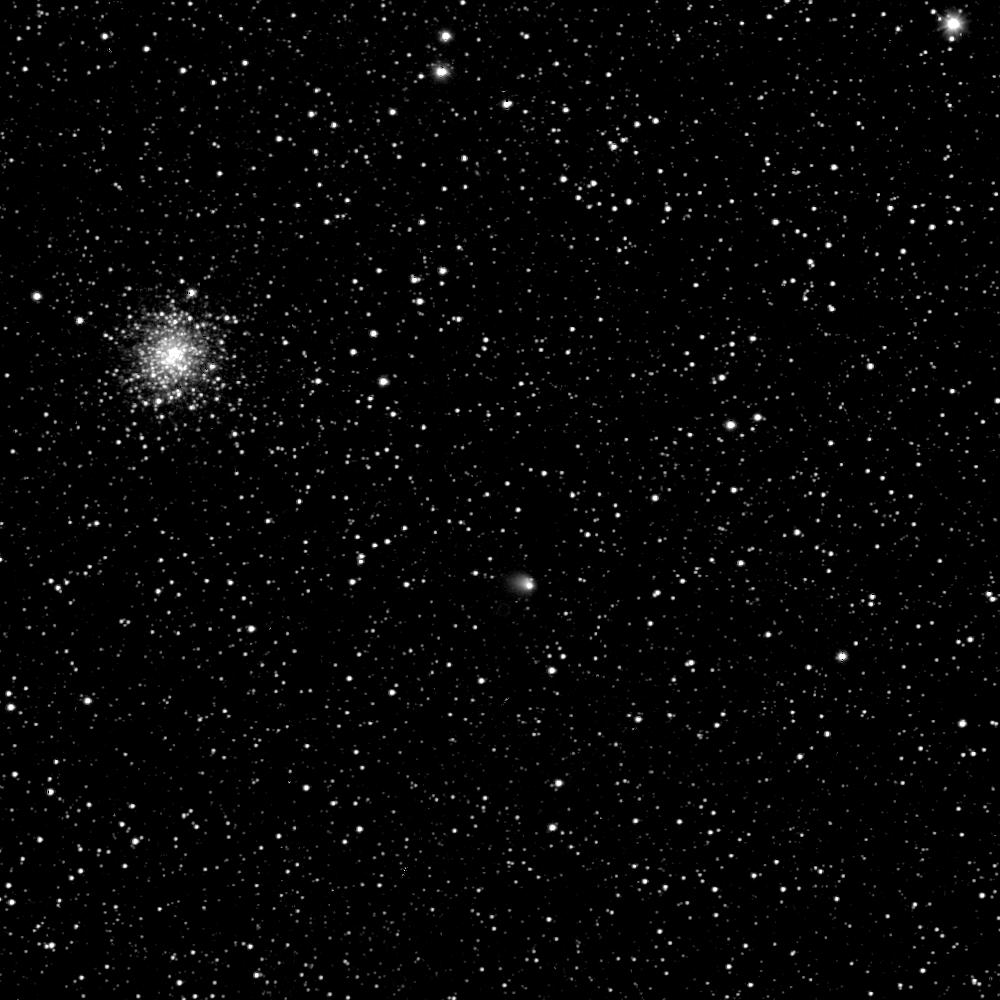La comète 67P/ Tchourioumov-Guérassimenko, entouré d'un halo gazeux, est visible en bas à droite de l'image.