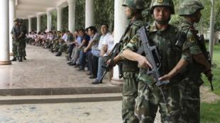 Tân Cương : canh gác nghiêm mật nhân buổi lễ tuyên bố thưởng công cho những người tham gia truy bắt 'kẻ khủng bố' . Ảnh chụp ngày 03/08/2014.