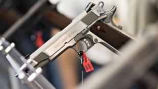 Selon la National Rifle Association, le droit de porter une arme est inscrit dans la Constitution des États-Unis et n'est pas négociable.