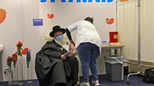 Judío ultraortodoxo vacunado contra el nuevo coronavirus en Jerusalén, el 21 de diciembre de 2020