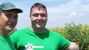 Gabriel Achim, ici avec son père, producteur de framboises et de mûres dans la région de Bucarest.