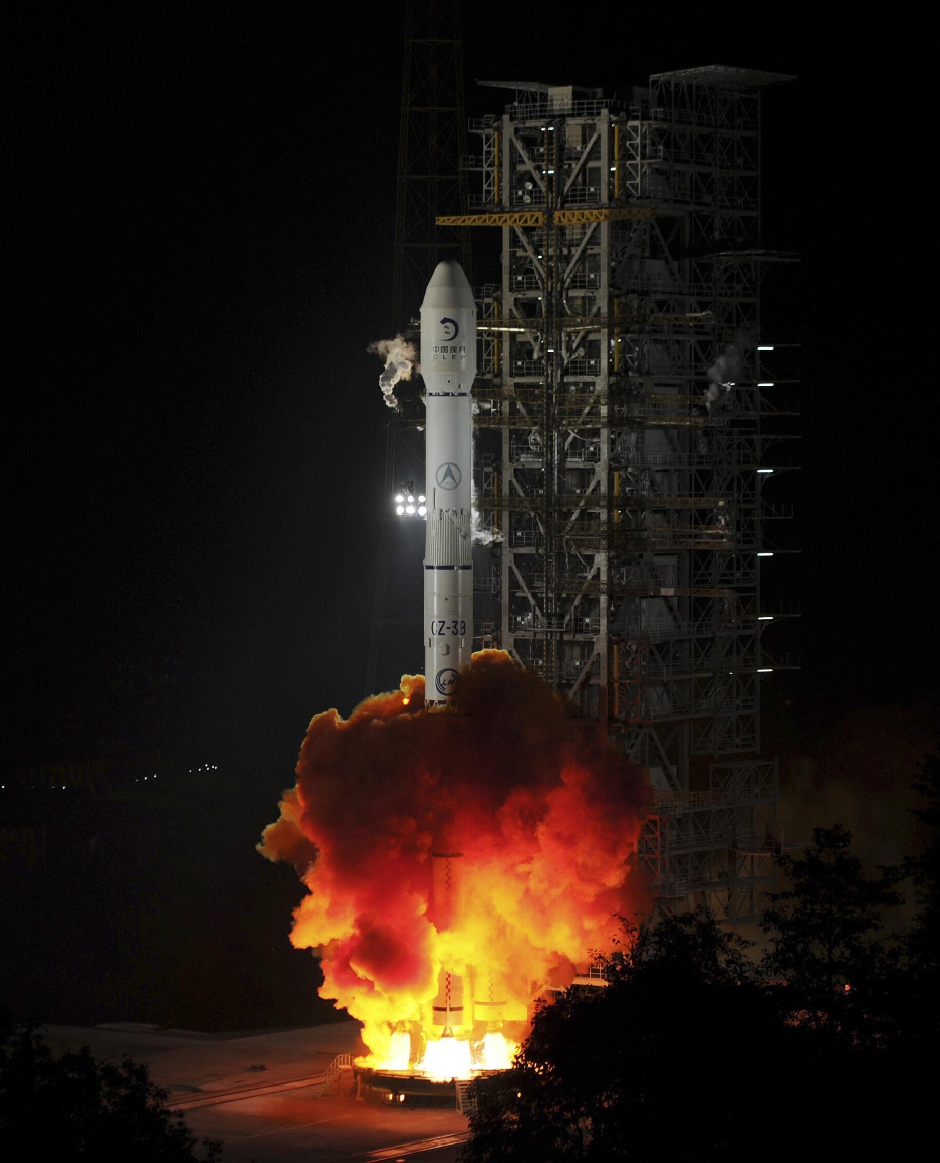 """Lançamento do foguete com o veículo de exploração teleguiado """"Coelho de Jade""""."""