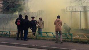 Полиция задержала нескольких нацболов, забрасывавших файерами и дымовыми шашками посольство Польши в Москве 13/11/2013