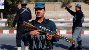 Des policiers à un point de passage à Kaboul, le 19 octobre 2018, veille des élections législatives.