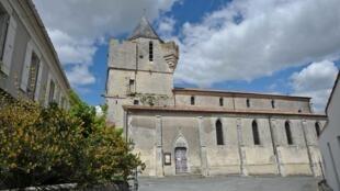 No município de Thairé, no oeste da França, parte do teto desabou devido ao terremoto que atingiu a região nesta quinta-feira (28).