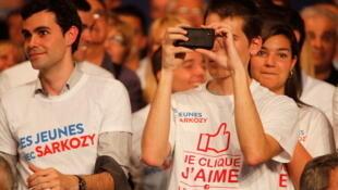 Des jeunes supporters de Nicolas Sarkozy lors de son meeting de Nîmes, le 29 mars 2012.