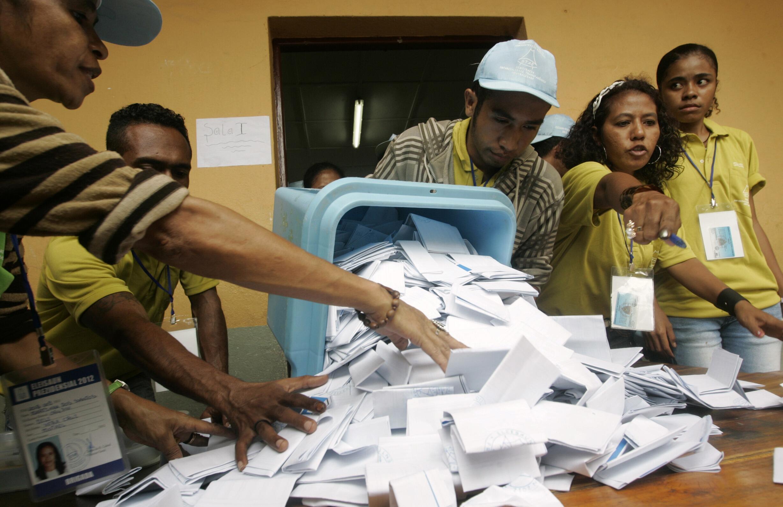 Contagem dos votos em uma sessão eleitoral em Dili, capital do Timor Leste.