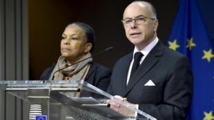 Министр юстиции Франции Кристиан Тобира (слева) и министр внутренних дел Франции Бернар Казнев в Брюсселе, 20 ноября 2015,