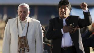 Le président bolivien Evo Morales chante l'hymne national aux côtés du pape François lors de son arrivée à El Alto, le 8 juillet 2015.
