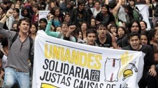 Dés étudiants colombiens manifestent à Bogota, en soutien au mouvement des paysans, le 20 août 2013