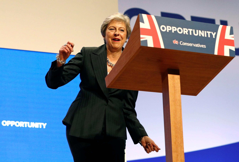Theresa May llega al escenario bailando, este 3 de octubre de 2018 en el congreso del Partido Conservador, en Birmingham.