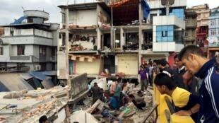 Tìm kiếm nạn nhân tại một điểm bị động đất ở thủ đô Kathmandu, Nepal ngày 25/04/2015.