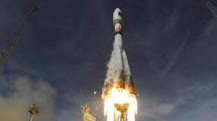"""Российская ракета-носитель """"Союз"""" старутует с космодрома в Гвиане с европейскими космическими аппаратами на борту"""
