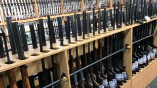 Des fusils disposés chez un marchand d'armes de Christchurch en Nouvelle -Zélande, le 19 mars 2019.