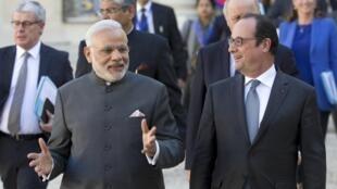 Indian Prime Minister Narendra Modi announced the purchase of 36 Rafale jets alongside French President François Hollande in Paris, 10 April 2015.