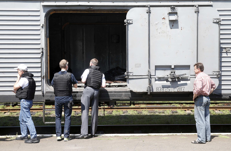 Os corpos foram transportados do local do acidente para vagões refrigerados.