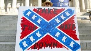 Un homme manifeste pour le retrait du drapeau confédéré, le 20 juin 2015 à Columbia.
