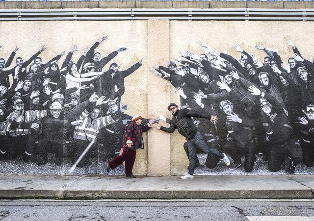 """Agnès Varda e JR diante de painel fotográfico de """"Visages Villages"""""""