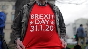 Un hombre posa en frente del Parlamento británico en Londres, el 31 de enero de 2020.