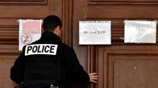 O ex-cirurgião francês que anotava meticulosamente seus atos de pedofilia é julgado a portas fechadas no tribunal de Saintes, no oeste da França.