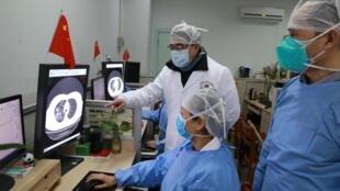 Hopital Zhongnan de Wuhan, premier foyer de l'épidémie de coronavirus: les médecins examinent les poumons d'un présumé malade, le 2 février 2020.