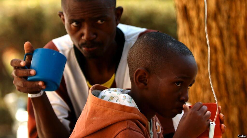 Wagonjwa wanasubiri matibabu ya ugonjwa wa kipindupindu katika hospitali huko Harare, Zimbabwe, Septemba 11, 2018.