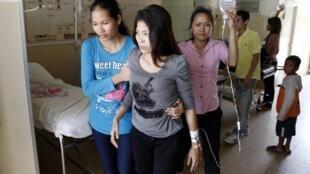 Một nữ công nhân dệt may phải nhập viện tại Phom Penh hôm 21/07/2011 sau khi bị ngất xỉu khi đang làm việc. Đây là hiện tượng rất thường xẩy ra ở Cam Bốt.