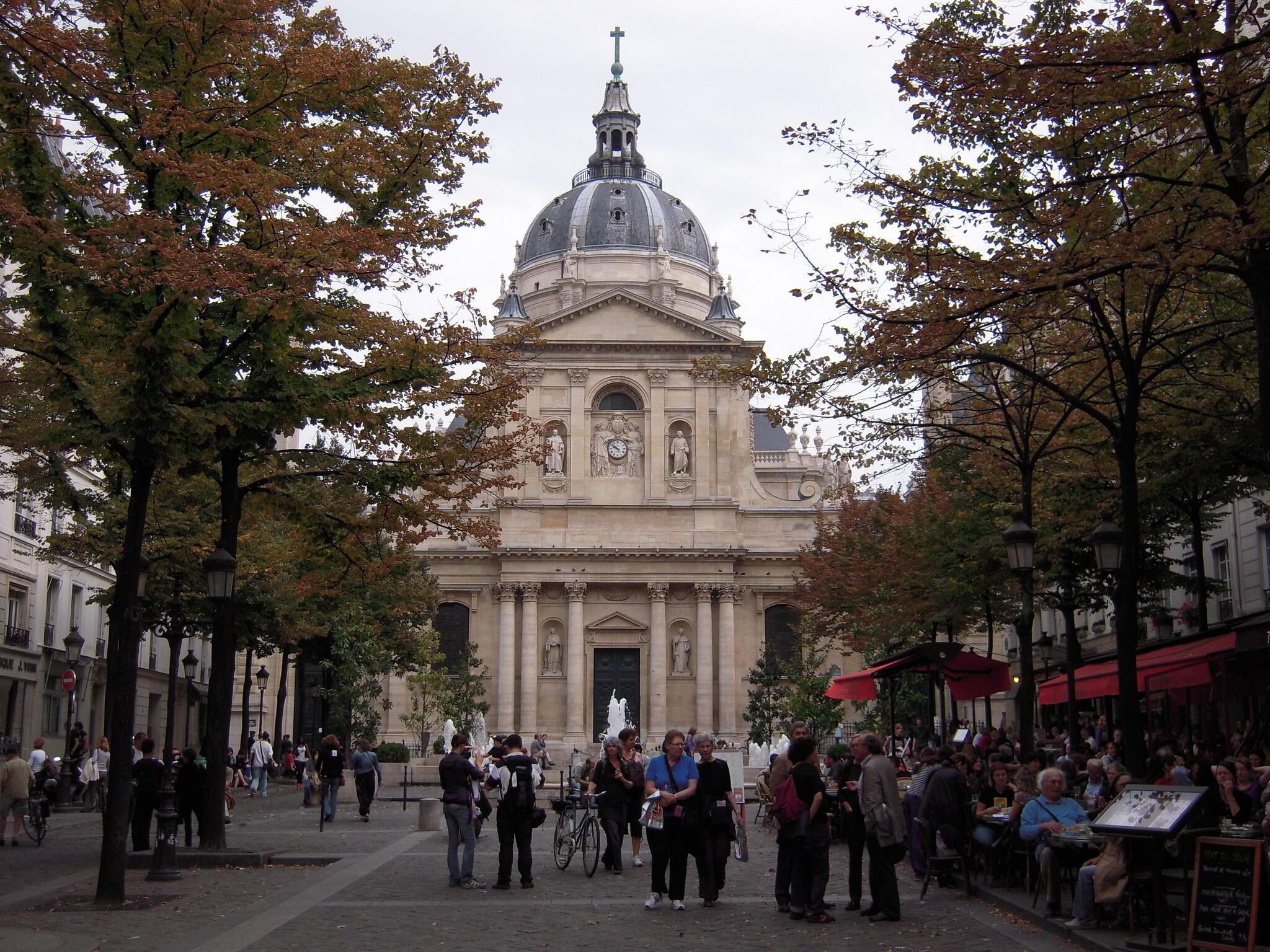 巴黎拉丁區的中心索邦大學前的咖啡館和小餐館是學生和遊客的最愛。