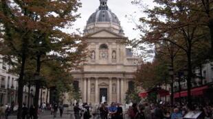 巴黎拉丁区的中心索邦大学前的咖啡馆和小餐馆是学生和游客的最爱。