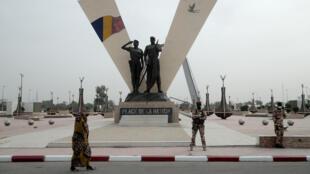 IMAGE Des militaires place de la nation à Ndjamena où se tiennent les funérailles nationales du président Idriss Déby, ce 23 avril 2021.