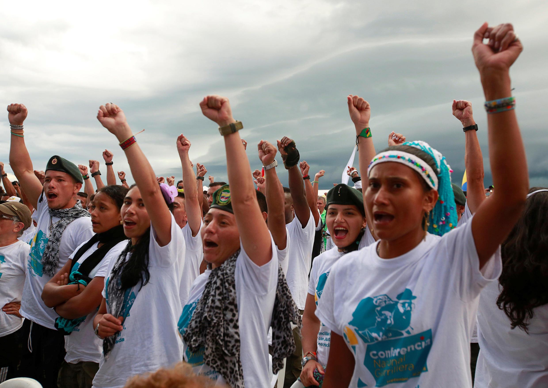 Бойцы FARC на съезде движения 23 сентября 2016 утверждают мирный договор с властями