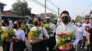 Người dân Miến Điện cầm hoa đi biểu tình phản đối cuộc đảo chính quân sự. Ảnh chụp tại Dawei, Miến Điện, ngày 13/04/2021.