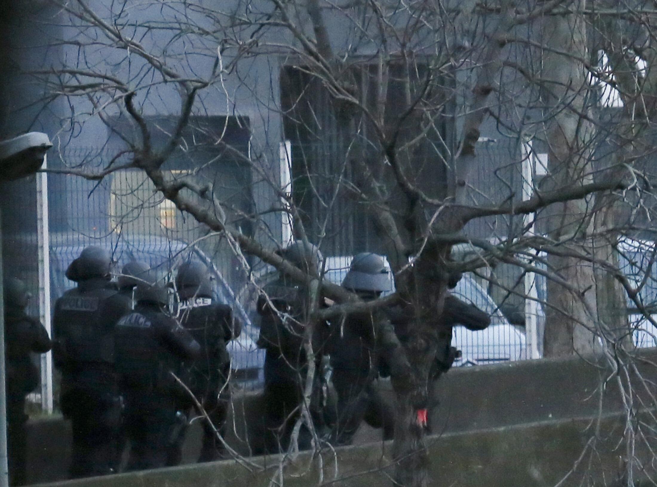 Lực lượng đặc nhiệm Pháp tấn công vào siêu thị Do Thái gần Porte de Vincennes Paris, nơi nhiều người bị bắt làm con tin, 09/01/2015.