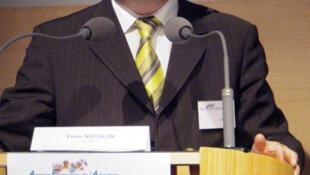 O prefeito de Roanne, Yves Nicolin, que rejeita receber refugiados muçulmanos em sua cidade.