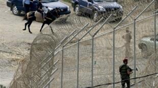 Cerca de proteção na fronteira entre Ceuta e o Marrocos.
