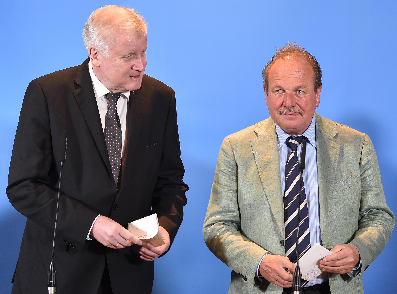 O ministro do Interior alemão, Horst Seehofer (esq) e o líder sindical Frank Bsirske, durante a assinatura do acordo salarial para o funcionalismo público na Alemanha.