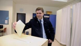 O conservador Bjarni Benediktsson, futuro primeiro-ministro da Islândia, deposita seu voto na urna durante as eleições legislativas realizadas neste sábado, dia 27 de abril.