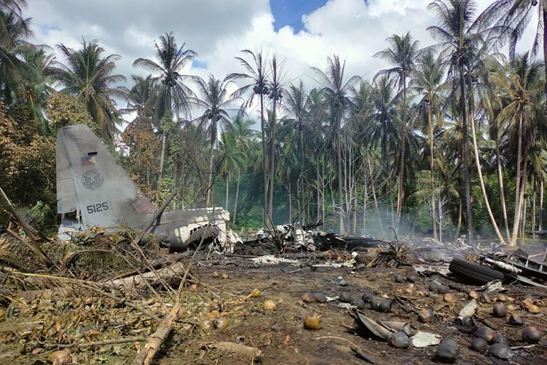 Una foto tomada el 4 de julio de 2021 y distribuida por la Fuerza Conjunta Sulu (JTF-Sulu) muetras los restos de un avión de transporte C-130 cerca del aeropuerto en la ciudad de Jolo, en la isla de Mindanao (Filipinas)