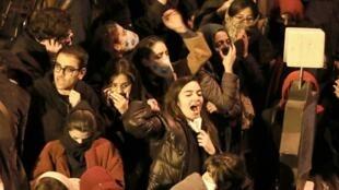 Des étudiants iraniens manifestent devant le l'université Amirkabir de Téhéran le 11 janvier 2020.