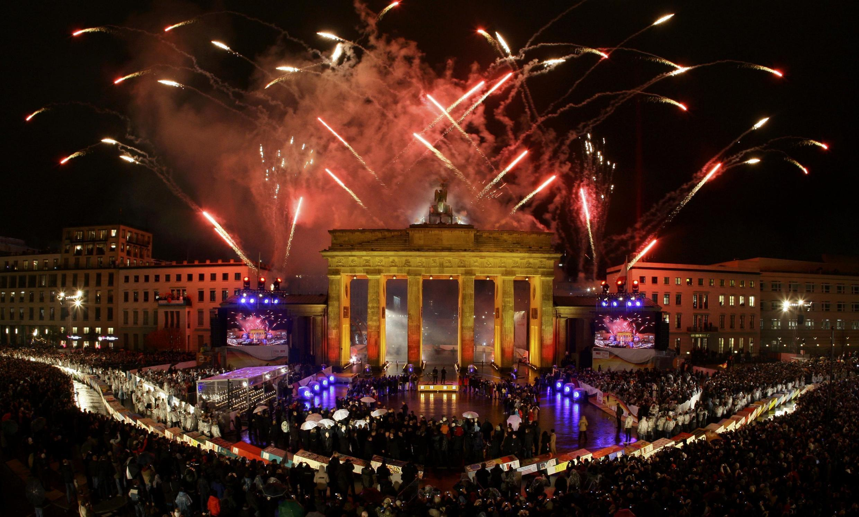 Après la chute symbolique des dominos géants, un feu d'artifice a illuminé la Porte Brandebourg de Berlin.