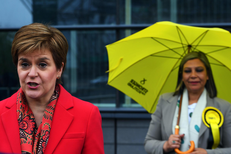 La Primera Ministra de Escocia y líder del Partido Nacional Escocés (SNP), Nicola Sturgeon (L) habla con los medios  mientras felicita a la candidata del SNP Kaukab Stewart (D) después de ser elegida MSP para Glasgow en las elecciones parlamentarias escocesas, en Glasgow el 8 de mayo de 2021