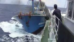 Một trong những hình ảnh va chạm trên Biển Đông  giữa tàu ngư chính Trung Quốc và tuần dương Nhật được  YouTube tiết lộ ngày 05/11/2010