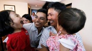 Les journalistes de Reuters Wa Lone et Kyaw Soe Oo célèbrent leur libération avec leurs enfants, le 7 mai 2019.