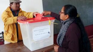 Opération de vote à Antananarivo, lors du second tour de la présidentielle à Madagascar, le 19 décembre 2018.