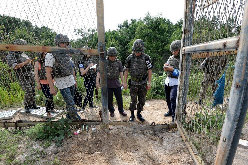 一名韩国军官在韩方非军事区域爆炸现场向媒体作了简报。摄于 2015年8月9日。