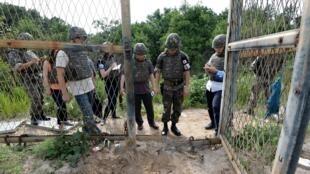 一名韓國軍官在韓方非軍事區域爆炸現場向媒體作了簡報。攝於 2015年8月9日。