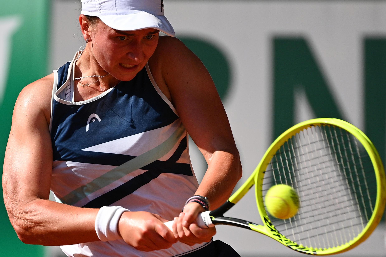 Barbora Krejcikova frente à grega Maria Sakkari na meia-final de Roland-Garros, 10 de Junho deo 2021.