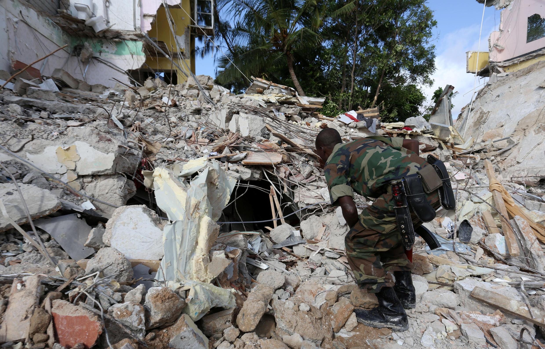 Un soldat somalien inspecte les débris suite à l'attaque, samedi 25 juin, de l'hôtel Naasa Hablood, à Mogadiscio, par les Shebabs.