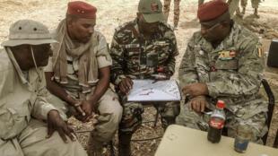 Lutte contre Boko Haram: : avec le plan entre les mains, le colonel Jacob Koudji, commandant militaire de la région camerounaise de l'Extrême-Nord, en compagnie de gradés tchadiens en mars dernier à Mora.