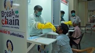 Tests de identificação da  Covid-19 em Ernakulam, na região de  Kerala (sul), em 6 de abril de 2020.